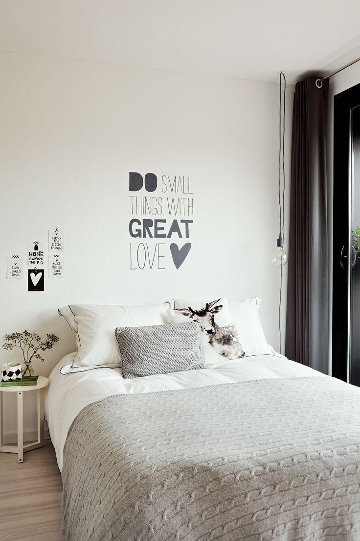 Muursticker met quote boven het bed