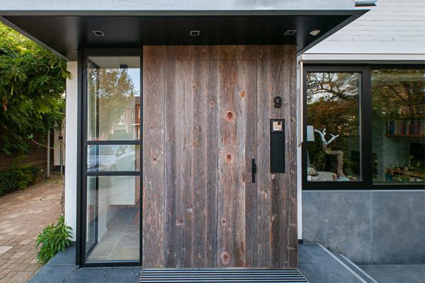 een steigerhouten voordeur