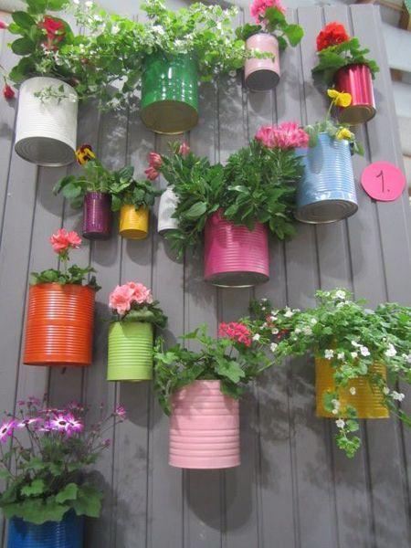 blikken gebruikt als bloempotten