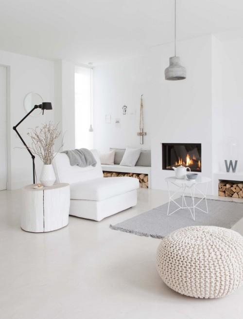 een woonkamer met lichte kleuren dat meer ruimte creert