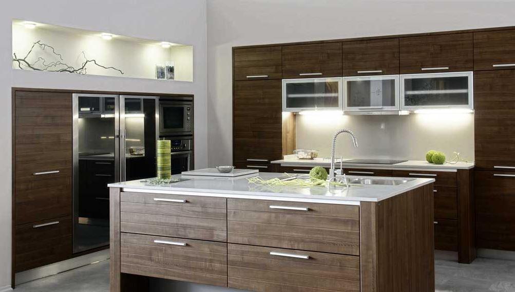 een bruine moderne keuken