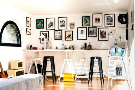 een kamer met veel spullen