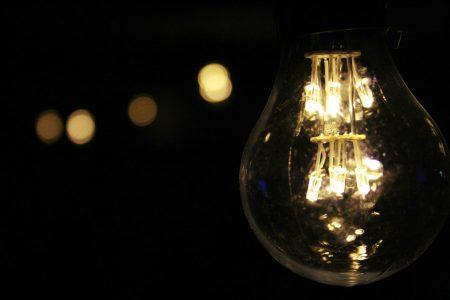 de een lamp die de stoppen laten doorslaan