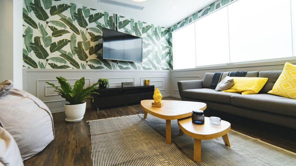 een woonkamer vol design meubels