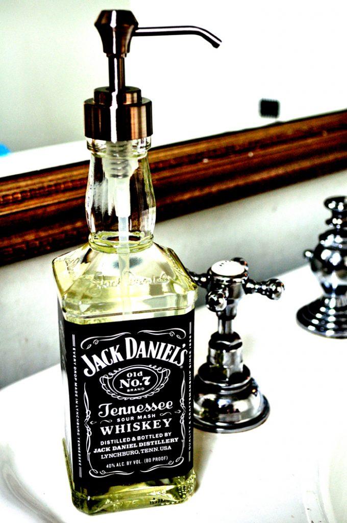 Zeeppomp gemaakt van whiskyfles