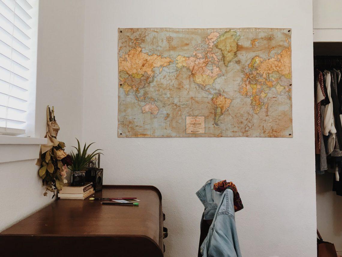 De nieuwste woontrend: een wereldkaart voor aan de wand